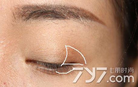 第三步:深棕色眼影重复上一步骤,晕染位置不要超过第二个色,同样余