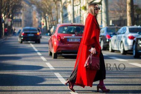 [酒红色鞋子搭配图片]红色裤子配上衣图片